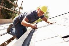 Roofer, der an Äußerem arbeitet Lizenzfreie Stockfotografie