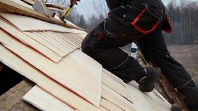 Roofer, der eine Leiter verwendet, um an das Schindel-Erschütterungsdach der Zeder zu gelangen hölzerne stock video