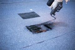 Roofer die reparaties van het dak maken, royalty-vrije stock afbeeldingen
