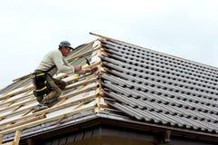 Roofer die tegels legt royalty-vrije stock foto