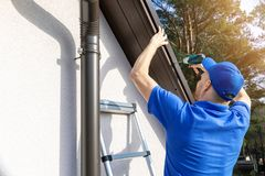 Free Roofer Installing Metal Roof Drip Edge Profile Stock Image - 140590231