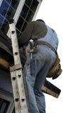 Roofer na escada imagens de stock royalty free