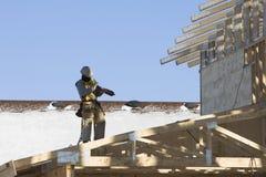 Roofer que carrega seu nailgun Fotografia de Stock