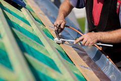Roofer que suelda con autógena el canal Foto de archivo libre de regalías