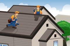 Roofer que trabaja en el tejado Imagen de archivo libre de regalías