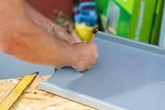 Roofer que usa um lápis para fazer marcações Fotografia de Stock