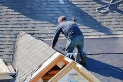 Roofer Using un arma del clavo imagen de archivo libre de regalías