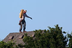 Roofer Working Walks no pico Fotografia de Stock