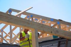 Rooferauftragnehmergebäude-Hausdachbalken, Binder, Holzrahmenstrahlen auf Dachspitze lizenzfreie stockfotos