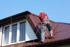 Rooferbyggmästarearbetare på taket royaltyfri foto