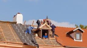Roofers на крыше Стоковая Фотография RF