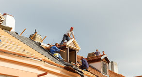 Roofers на крыше Стоковое фото RF
