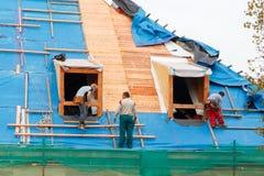 Roofers на крыше Стоковые Фото
