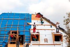 Roofers на крыше Стоковые Изображения