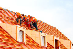 Roofers на крыше Стоковое Изображение