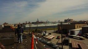 Roofers на плоской крыше выполняя работу в процессе толя, коммерчески плоская крыша с безопасностью сигнализируют в Чикаго Стоковое Фото