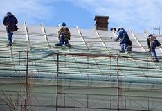 Roofers на работе Стоковые Фото