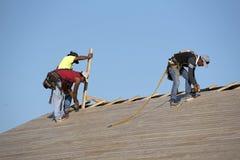 Roofers работая на деревянной крыше Стоковые Фотографии RF