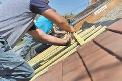 Roofers работая на крыше Стоковое Изображение RF