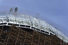 Roofers, связанные при веревочки работая на крыше 4 Стоковая Фотография RF