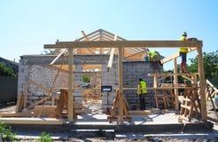 Roofers строя древесину связывают конструкцию дома рамки крыши Конструкция толя Стоковое Фото