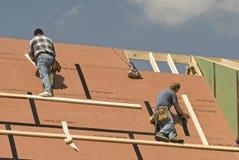 Roofers строя новый пересматриванный дом Стоковое Изображение