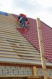 Roofers auf dem Dach Stockfotos