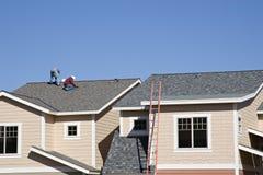 Roofers die aan nieuw dak werkt stock afbeelding