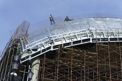 Roofers, legati con le corde che lavorano al tetto 6 Immagine Stock Libera da Diritti