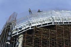 Roofers, met kabels wordt gebonden die aan dak 6 werken die Royalty-vrije Stock Afbeelding