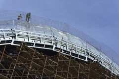 Roofers, met kabels wordt gebonden die aan dak 4 werken die Royalty-vrije Stock Fotografie