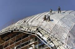 Roofers, met kabels wordt gebonden die aan dak 1 werken die Stock Afbeelding