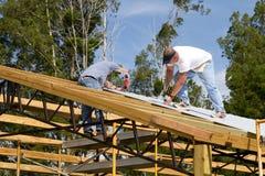 Roofers que sujetan Imagen de archivo
