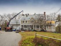 Roofers som lägger ner ett nytt tak Fotografering för Bildbyråer