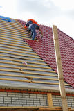 Roofers sur le toit Photos stock