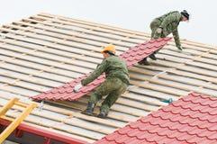 Roofing Arbeit mit Metallfliese Stockbilder