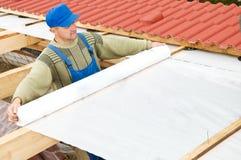 Roofing arbeitet mit schützender Schicht Stockbild