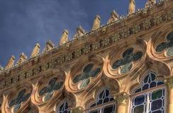 Roofline di un palazzo di Veneziano-stile Fotografia Stock