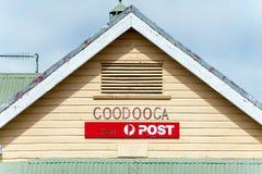 Roofline et signage pour le vieux bureau de poste de panneau de temps photographie stock libre de droits