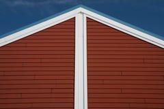 Roofline rojo y blanco que señala hacia el cielo Foto de archivo