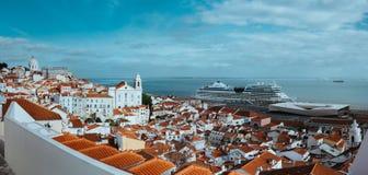 Rooftin全景射击最旧的区Alfama在里斯本 在塔霍河的巡航小船 里斯本里斯本Lissabon 库存图片