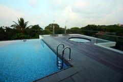rooftop för semesterort för oändlighetsbubbelpoolpöl Arkivbild