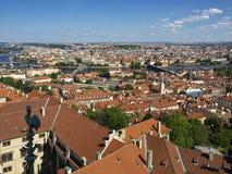 Rooftops av Prague från sätta en klocka på står hög av domkyrkan St.Vitus Royaltyfri Bild