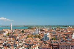 Rooftops av Venedig i solig sommardag Royaltyfria Bilder