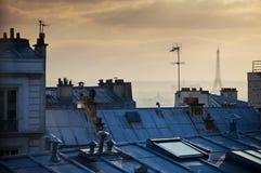Rooftops och Eiffel står hög Arkivfoton