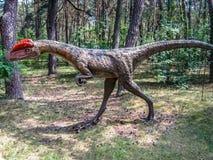 Roofzuchtige dinosaurus met een kammossel stock afbeeldingen