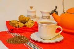 Rooibos茶和面包干 免版税库存照片