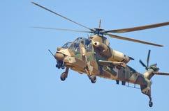 Rooivalk Hubschrauber im Schwebeflug Stockfotografie