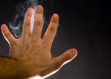 Rook die door menselijke hand stijgen Geesten, geestelijke achtergrond, hekserij royalty-vrije stock fotografie