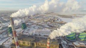 Rook die een fabriekspijp verlaten lucht stock footage